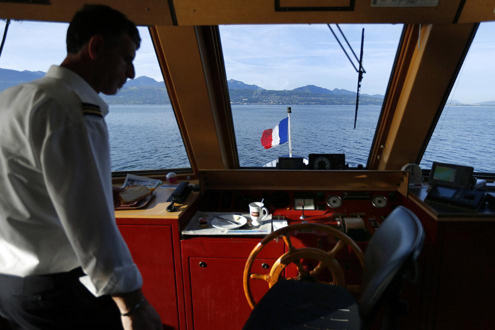 Корабль, идущий с Женевского озера на озеро Леман на границе между Швейцарией и Францией недалеко от Лозанны