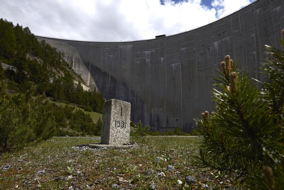 Камень перед плотиной, обозначающий границу между Италией и Швейцарией в Цернеце