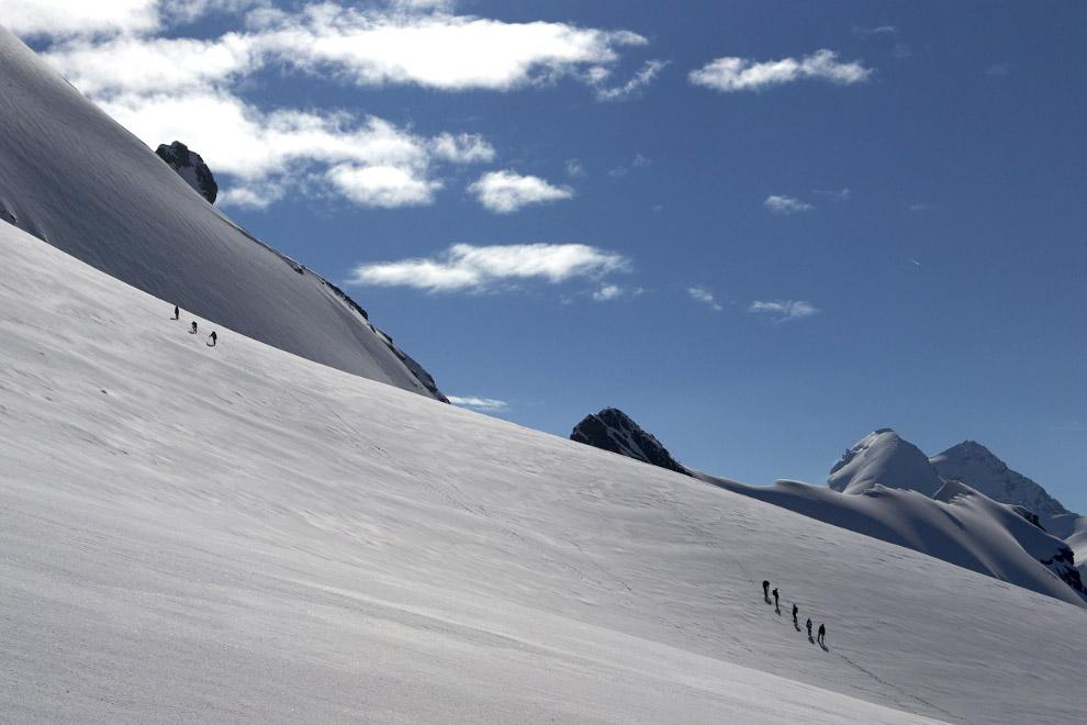 Альпинисты на границе между Швейцарией (слева) и Италией (справа) на альпийском курорте Церматт