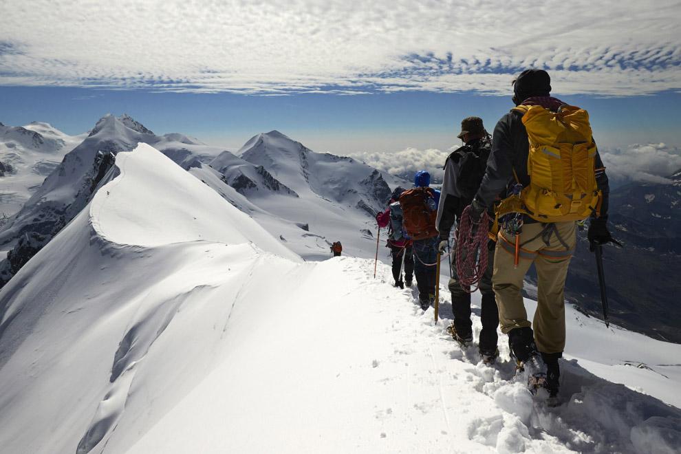 Граница на высоте 4 164 метра между Швейцарией (слева) и Италией (справа) в альпийском курорте Церматт