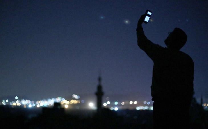 В попытке поймать сигнал на сотовый телефон, к северо-востоку от сирийской столицы Дамаска