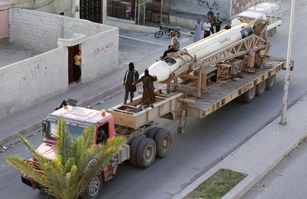 Военный парад исламистов на улицах северной провинции Сирии Ракка