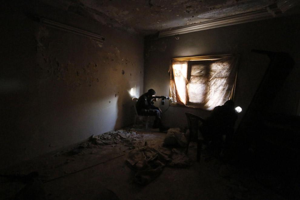 Боец Сирийской свободной армии, которая ведет вооружённую борьбу против правительства Сирии во главе с президентом Башаром Асадом