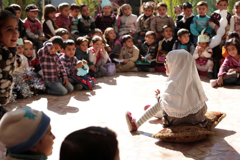 Занятия у детей на окраине Дамаска