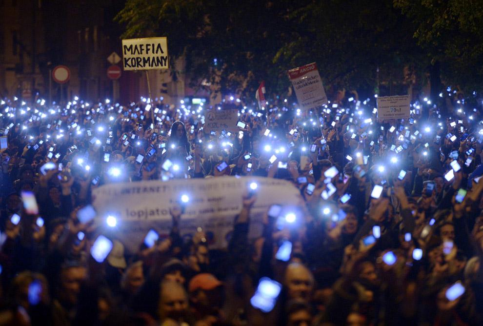 Тысячи людей вышли на улицы Будапешта, протестуя против намерения властей Венгрии ввести налог на пользование интернетом