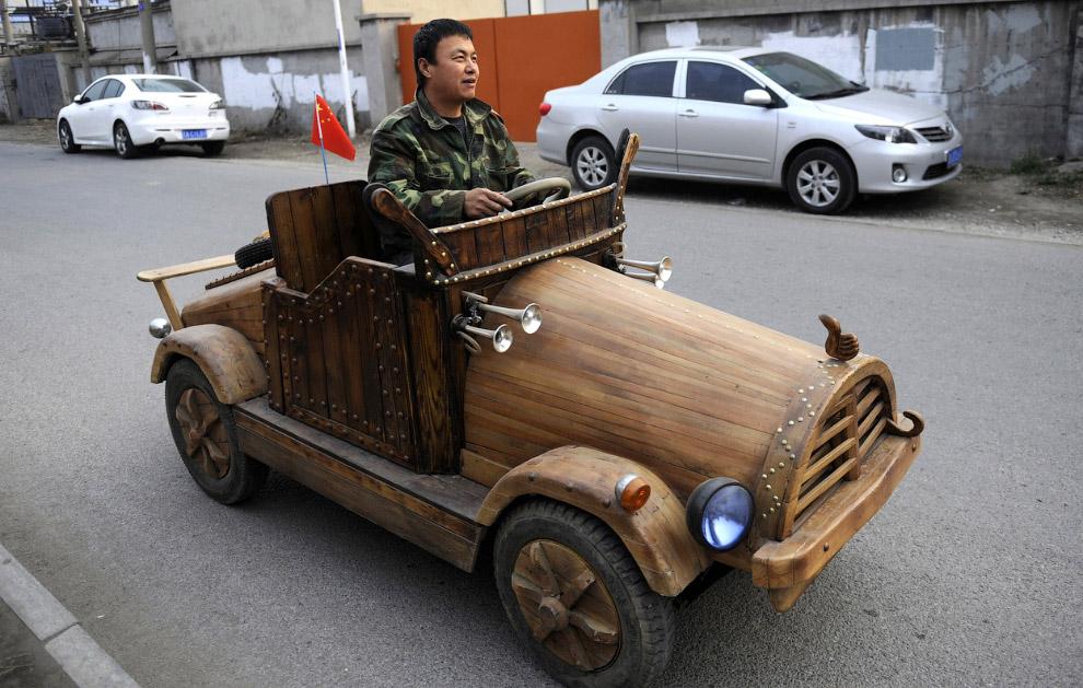 Деревянный электромобиль изготовил Лю Фулонг из провинции Ляонин, Китай, 30 октября 2014