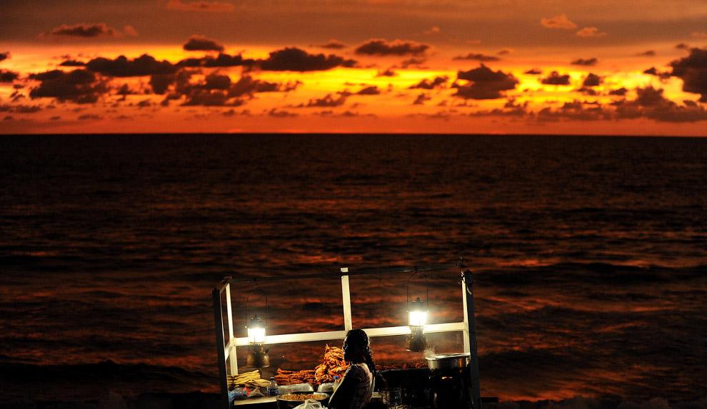 Уличный торговец на пляже в Шри-Ланка