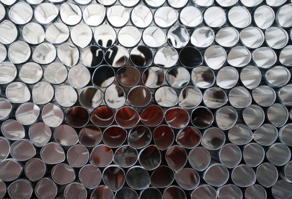 Человек готовит металлические трубы для сборки самодельного дизельного отопителяЧеловек готовит металлические трубы для сборки самодельного дизельного отопителяЧеловек готовит металлические трубы для сборки самодельного дизельного отопителя