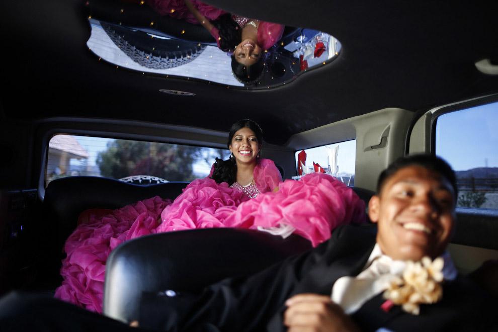 Еще одна свадебная пара в лимузине в Санта-Кларита, Калифорния