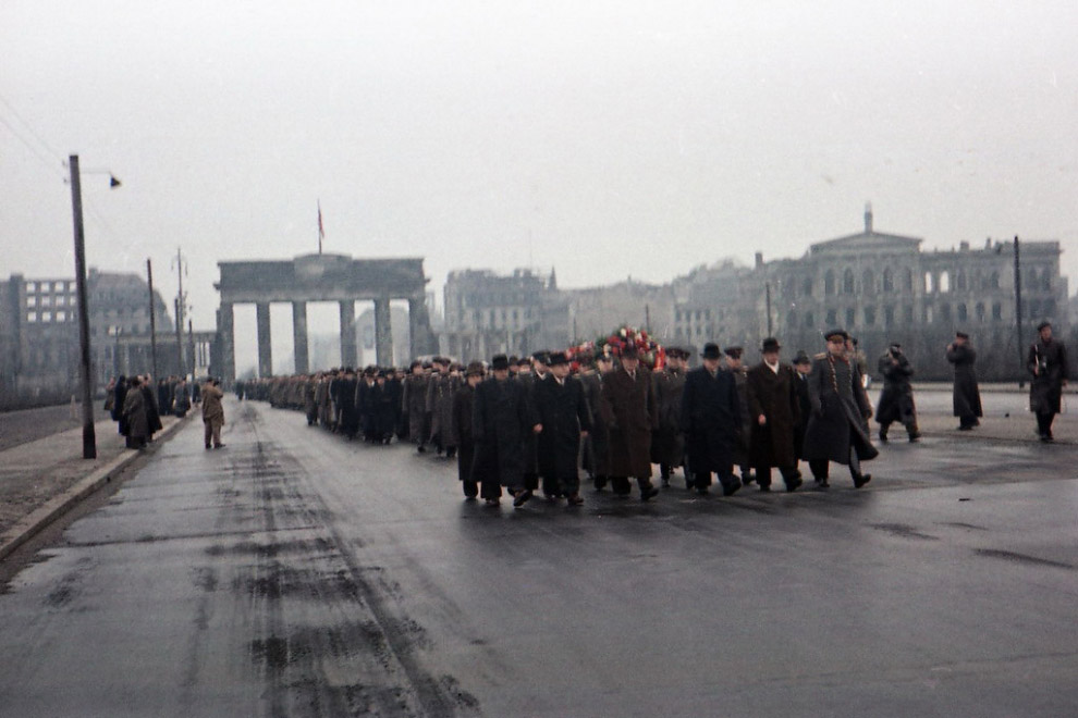 Возложение венков в Берлине 8 мая 1954 года