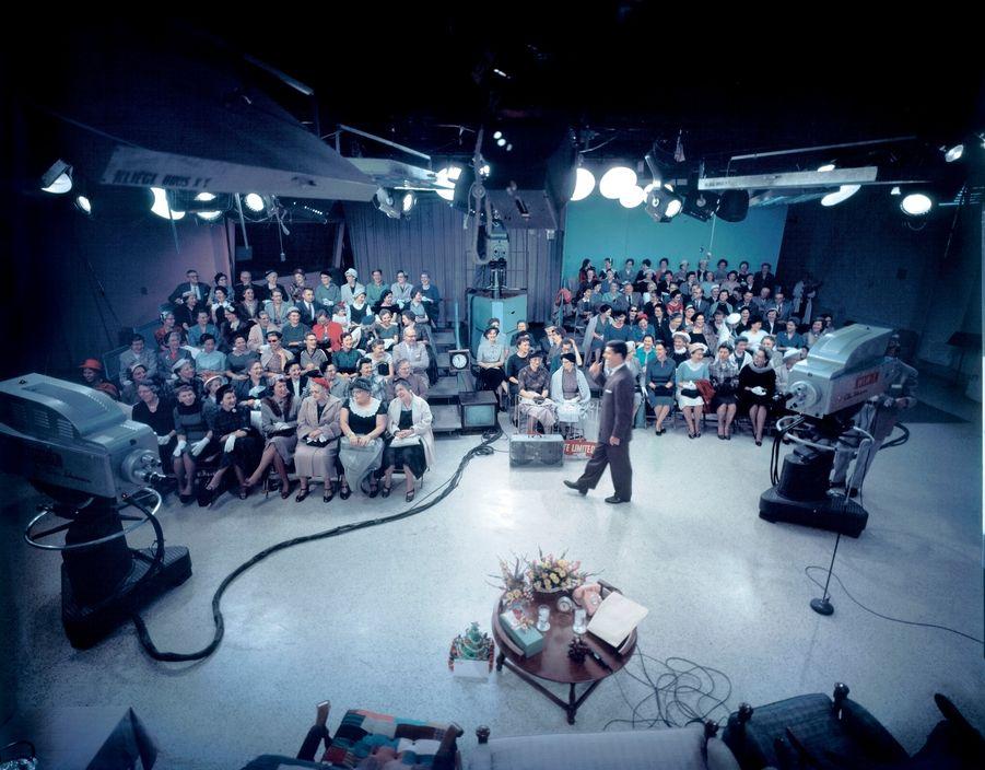 К 1954 году в большинстве американских домов уже появились телевизоры. Так выглядела тогда телестудия CBS на снимке фотографа Elliot Erwitt