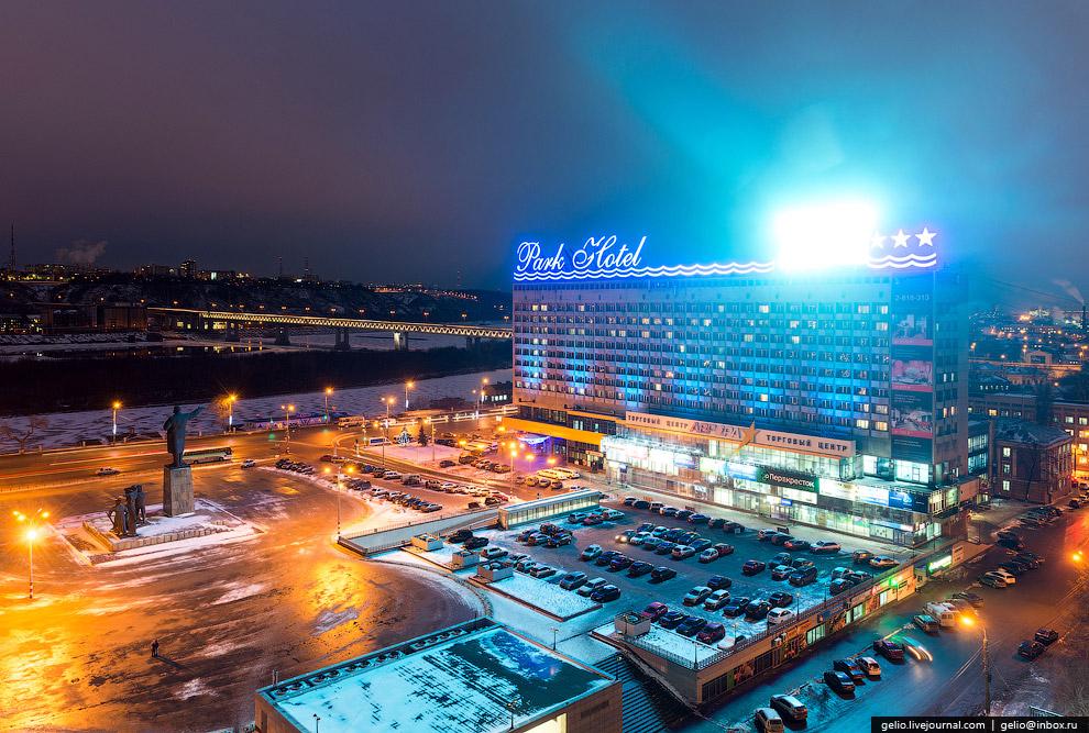 Гостиница «Маринс Парк Отель» на площади Ленина.