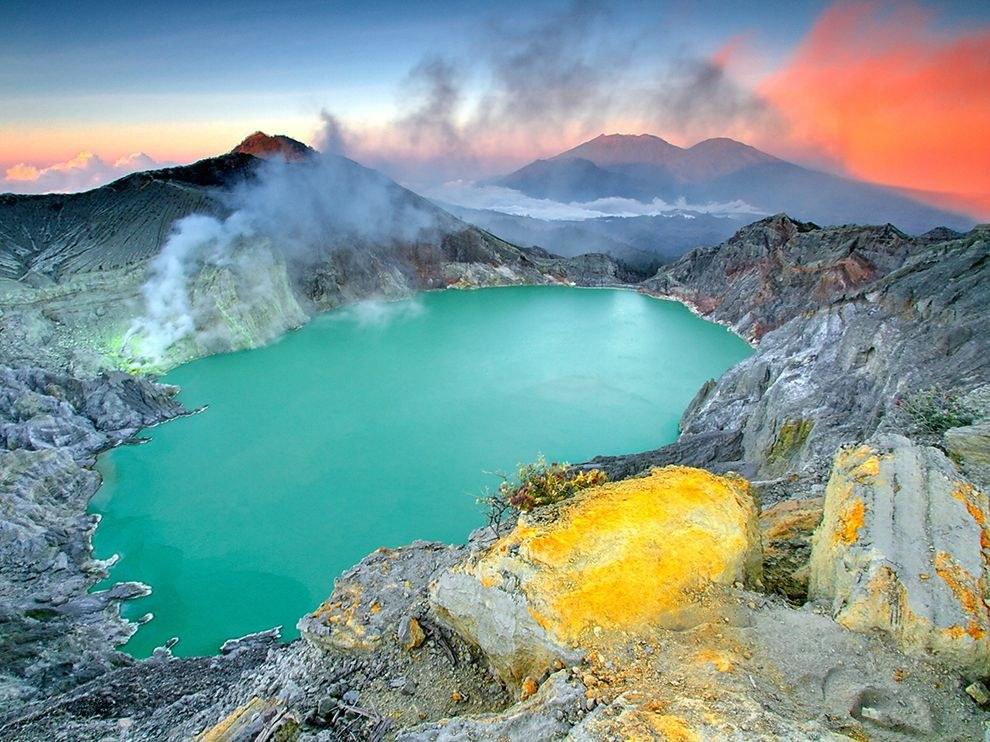 Озеро в кратере вулкана Kawaha Ijen, находящегося в Восточной Яве, Индонезия