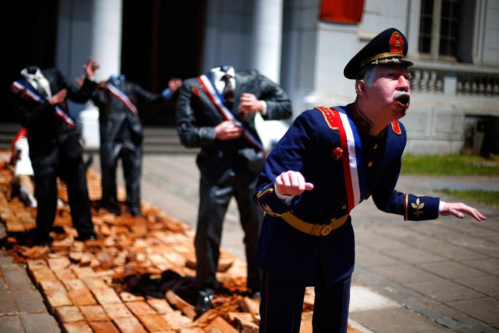 Студент в маске с автоматом расстреливает чилийского диктатора Аугусто Пиночета