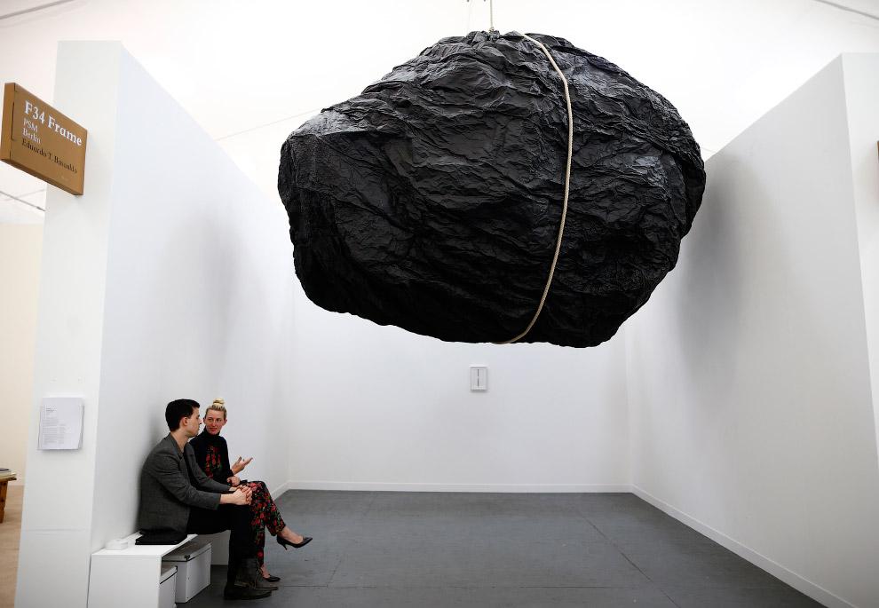 Булыжник в галерее в центре Лондона
