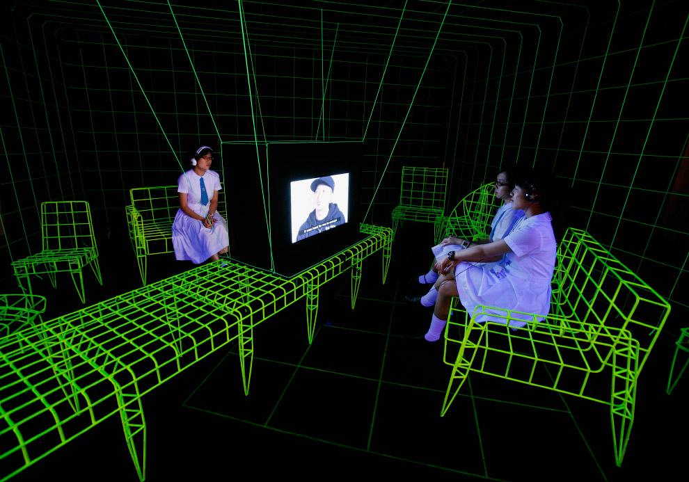 Необычная инсталляция, светящая в темноте