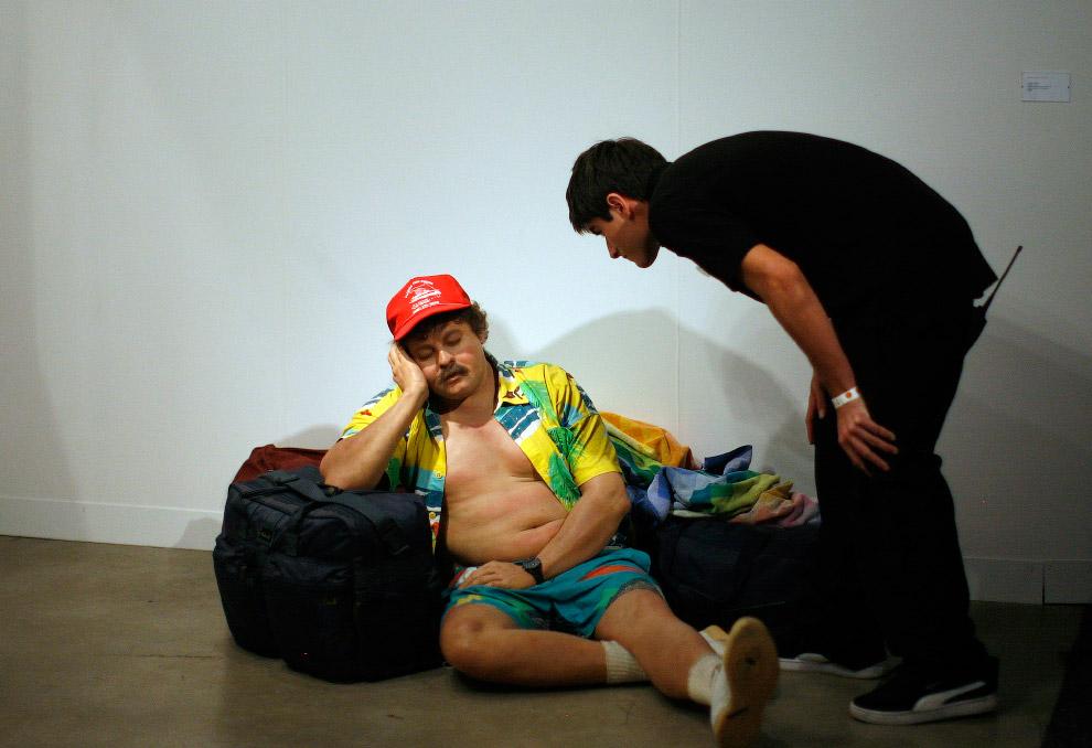Вот такая скульптура сидящего на полу гражданина от американского художника