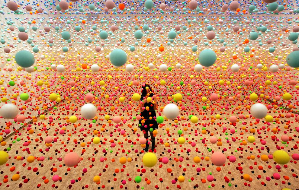 Произведение, состоящее из более чем 50 000 шаров, в Художественной галерее в Сиднее