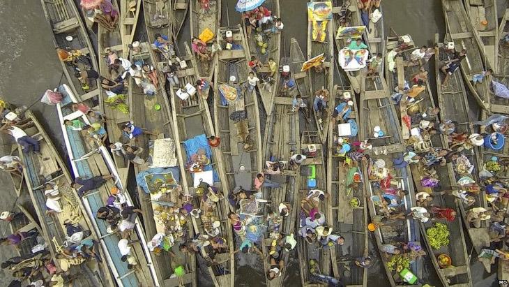 Поставщики товаров на лодках из Икитоса, Перу