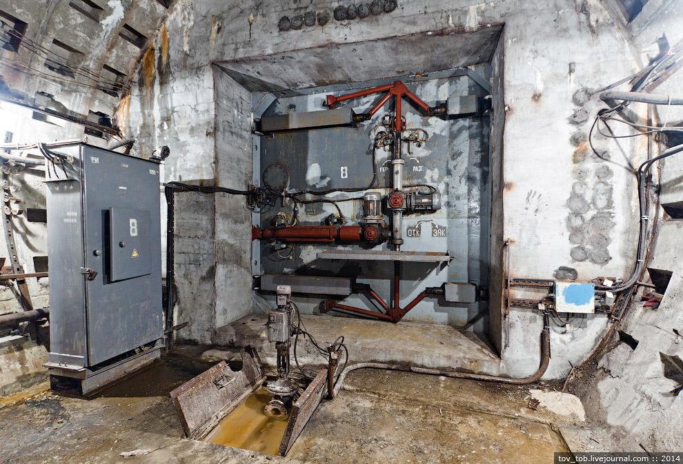 Закрытый затвор в вентканале станции «Сырец»