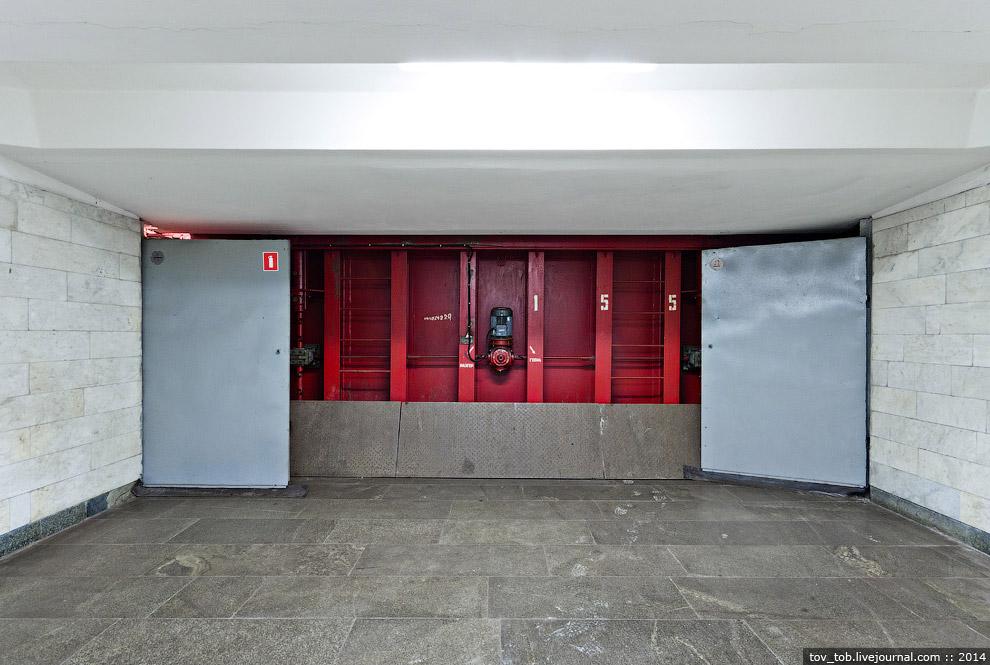 Закрытый затвор в закрытом вестибюле станции «Осокорки»