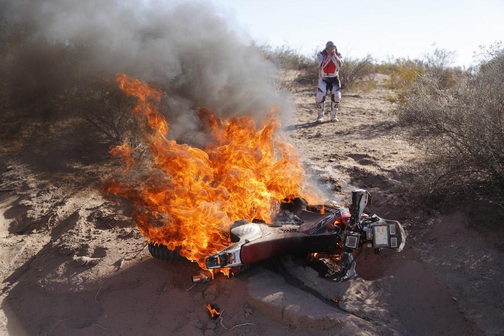 У мотогонщика из Португалии Паулу Гонсалвеса загорелся мотоцикл на одном из этапов ралли Дакар
