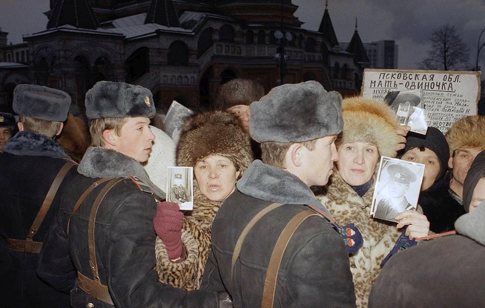 Митинг советских матерей около Красной площади в Москве