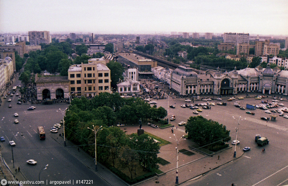 На площади Белорусского вокзала был сквер с Горьким