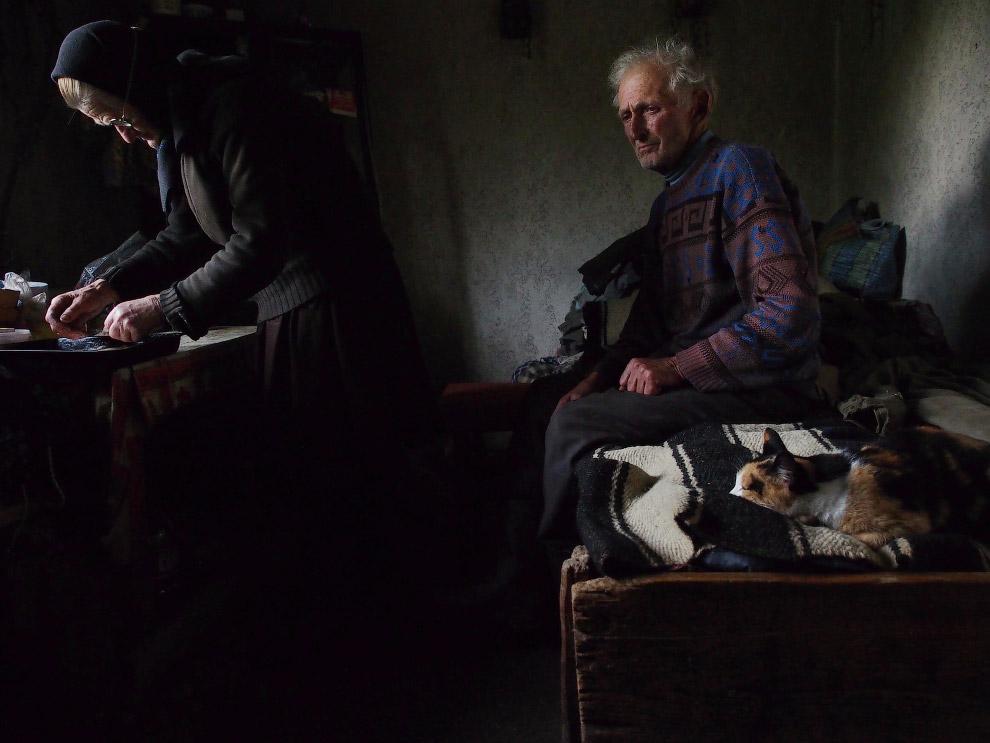 Дед ждет, пока жена приготовить хлеб