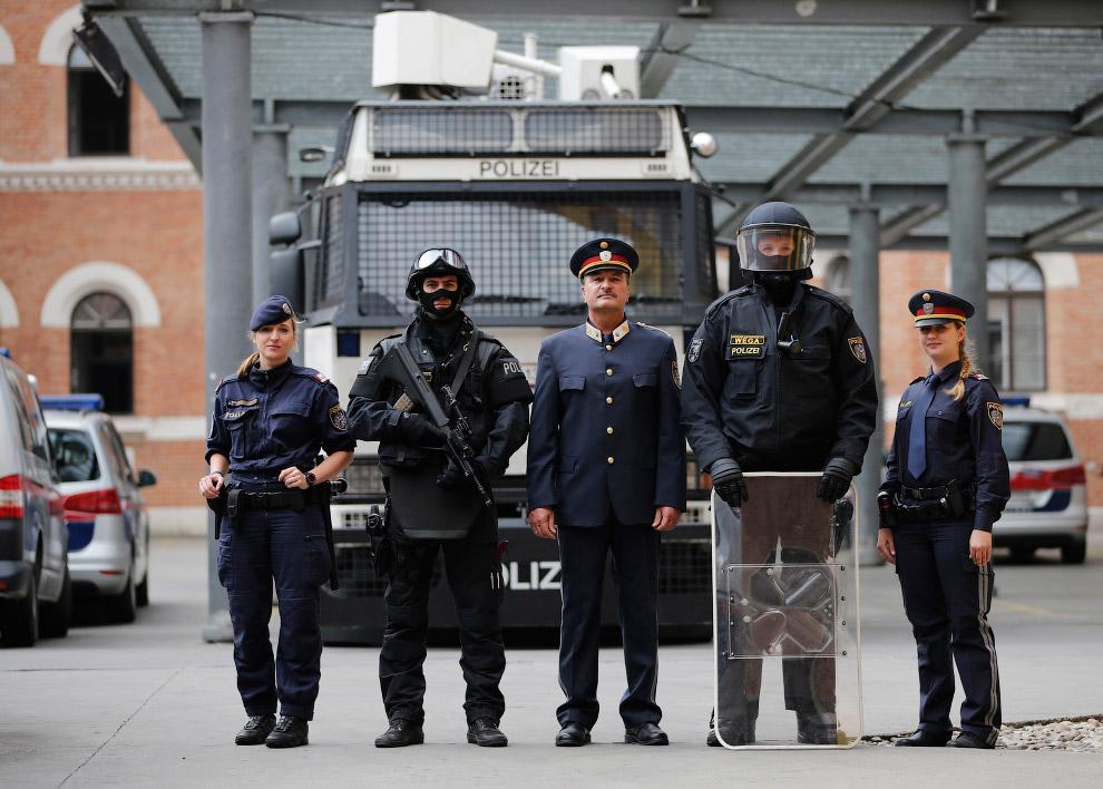 Австрийские полицейские из разных подразделений