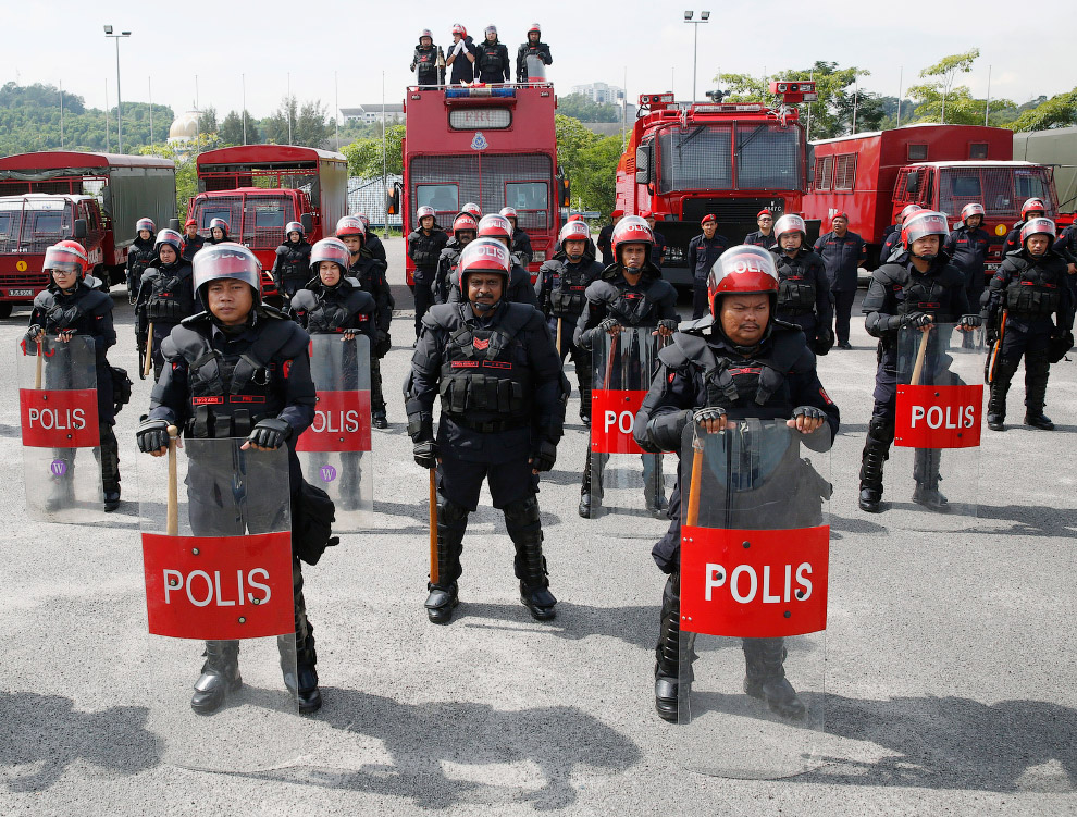 Суровые полицейские из Малайзии