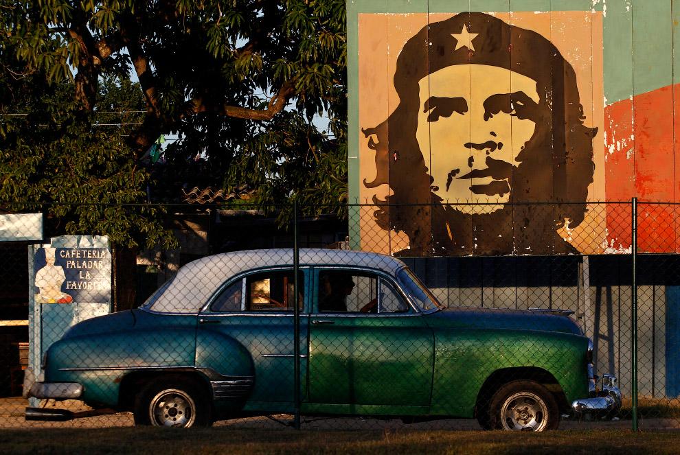 Ретро-автомобиль на фоне лидера революции Че Гевары в Гаване