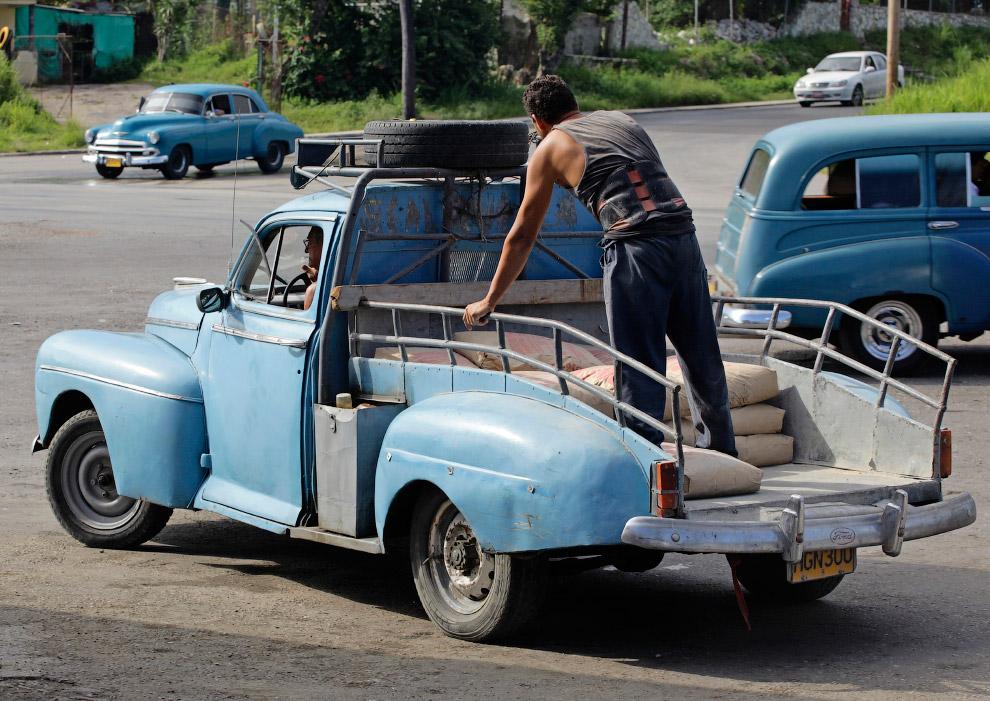 Этот Форд 1948 года исправно трудится в Гаване