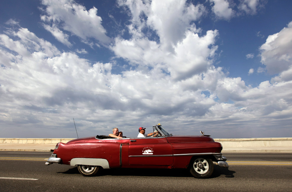 Туристы на кабриолете Cadillac 1952 года