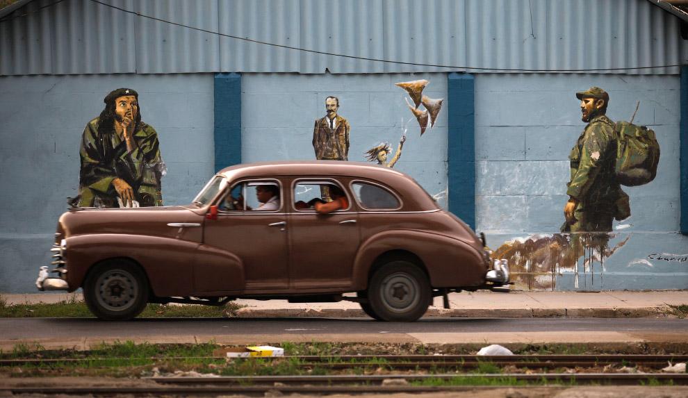 Ретро-автомобиль на фоне Фиделя Кастро, Хосе Марти и Че Гевары в Гаване