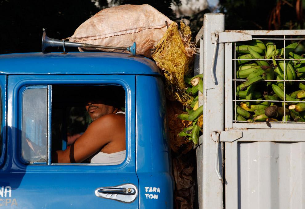 Старый грузовичок, забитый бананами, Гавана