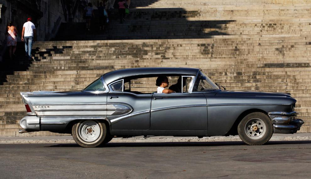 Стильный автомобиль около университета Гаваны