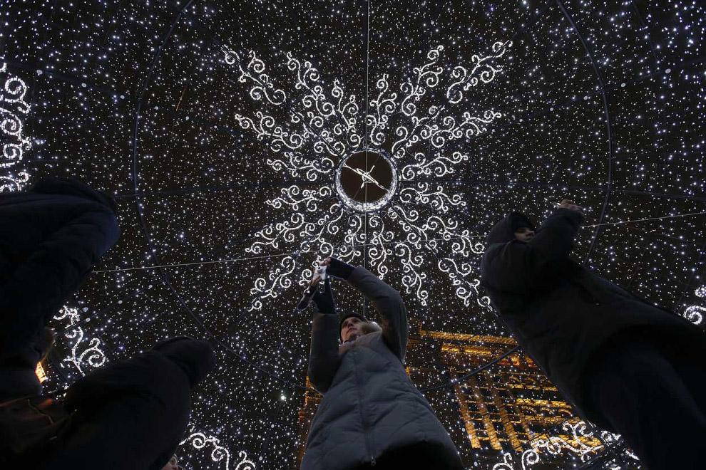 На Манежной площади находится огромный елочный шар, аналогов которого в мире нет
