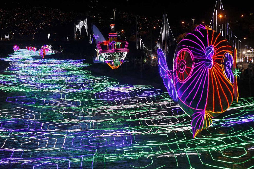 Новогодняя иллюминация на реке Медельин в Колумбии