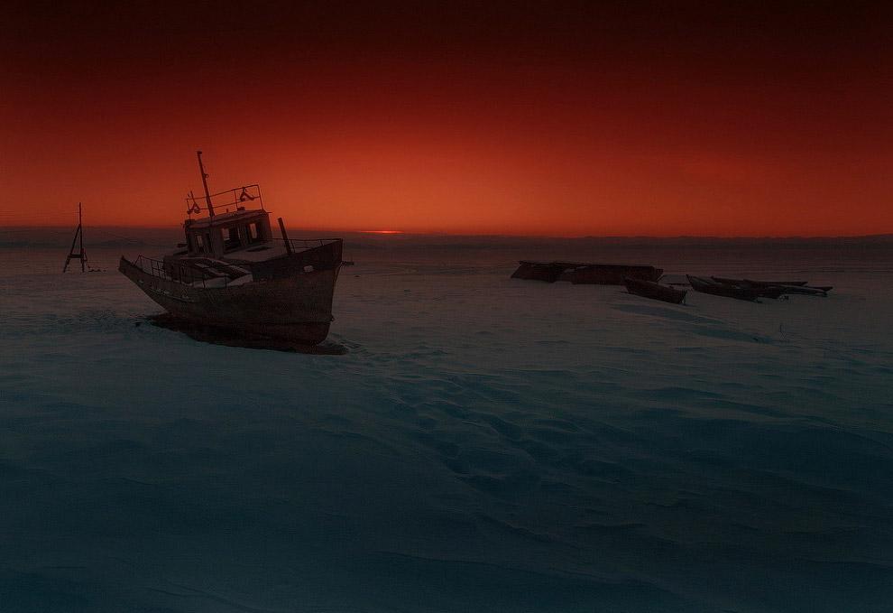 Рыбацкий баркас в с. Байкальское. Доживает свой век на берегу