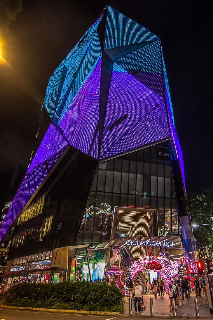Это подсвеченный множеством лампочек по всему фасаду Orchard Central