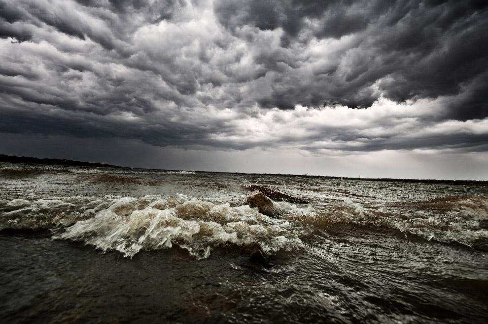 Волны и облака на озере в штате Техас