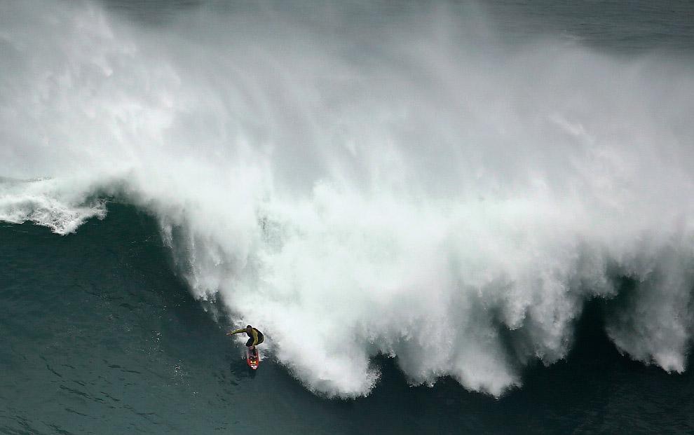 Серфинг в Португалии в районе Прайя-ду-Норте около города Назара