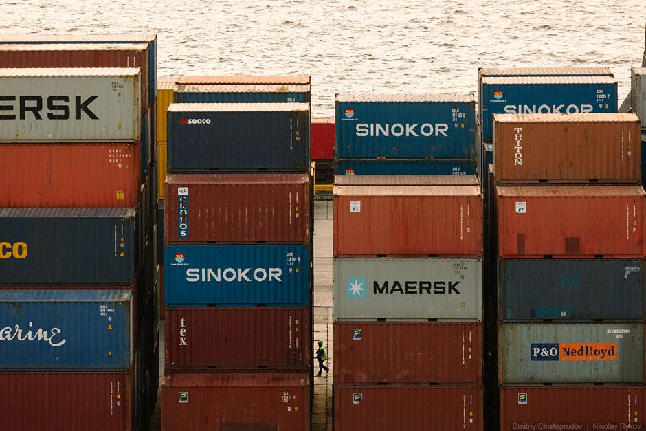 Стройные ряды 20-футовых контейнеров