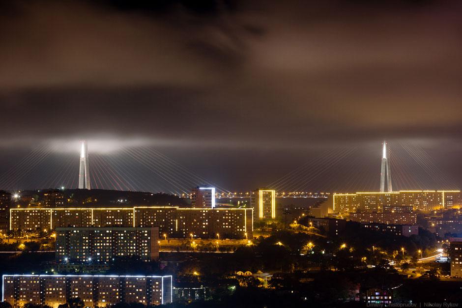 Низкие облака изящно срезали верхушки пилонов Русского моста