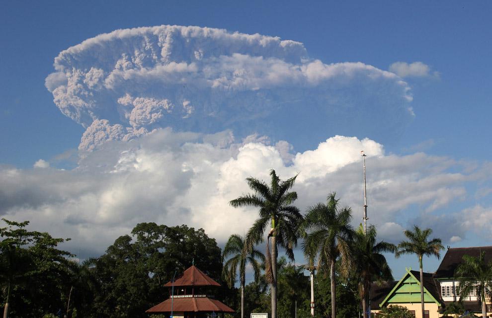Это извержение вулкана на острове Сумбава в Индонезии