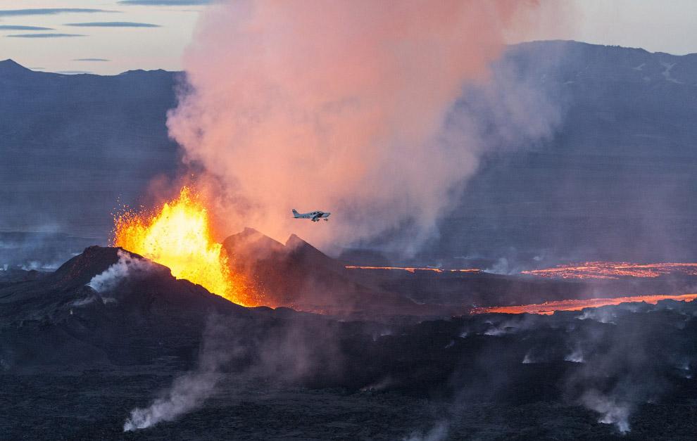 Самолет летит над вулканом Бардарбунга в Исландии