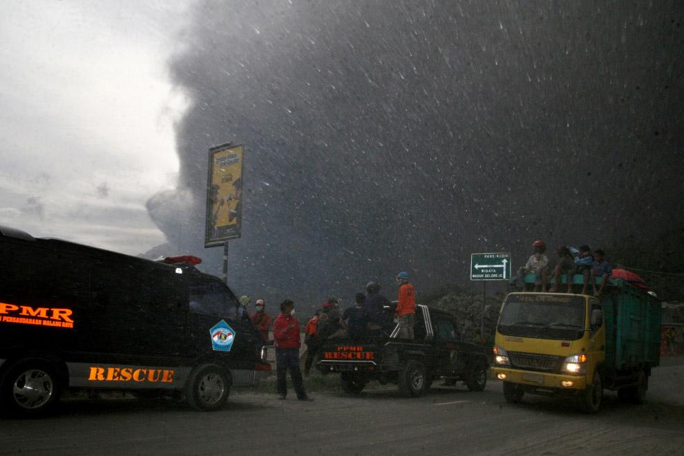 Извержение вулкана Келуд на острове Ява в Индонезии