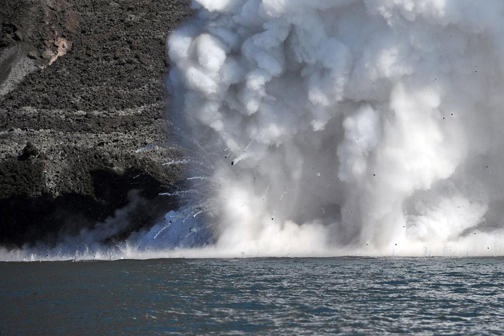 Лава из вулкана Стромболи со взрывом впадает в море