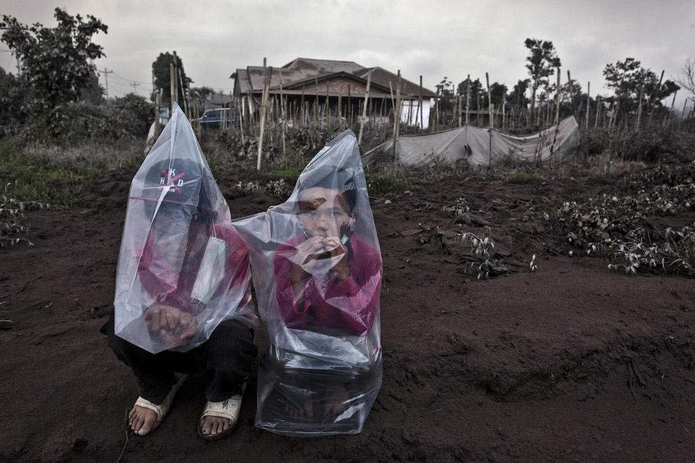 Пепел от извержения вулкана Синабунг в Северной Суматре